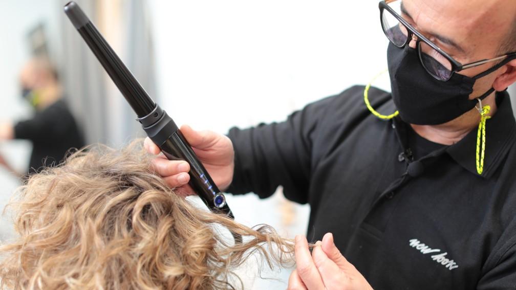 Definición de cabello con rizador