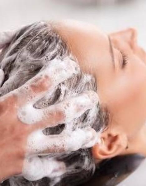 Lavado de cabeza pelo rizado
