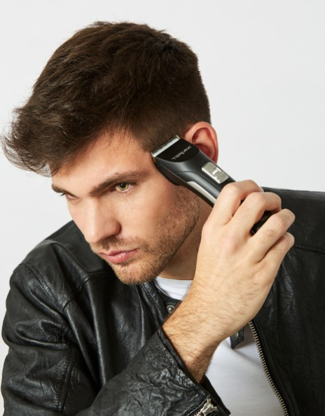 Chico cortándose el pelo con máquina