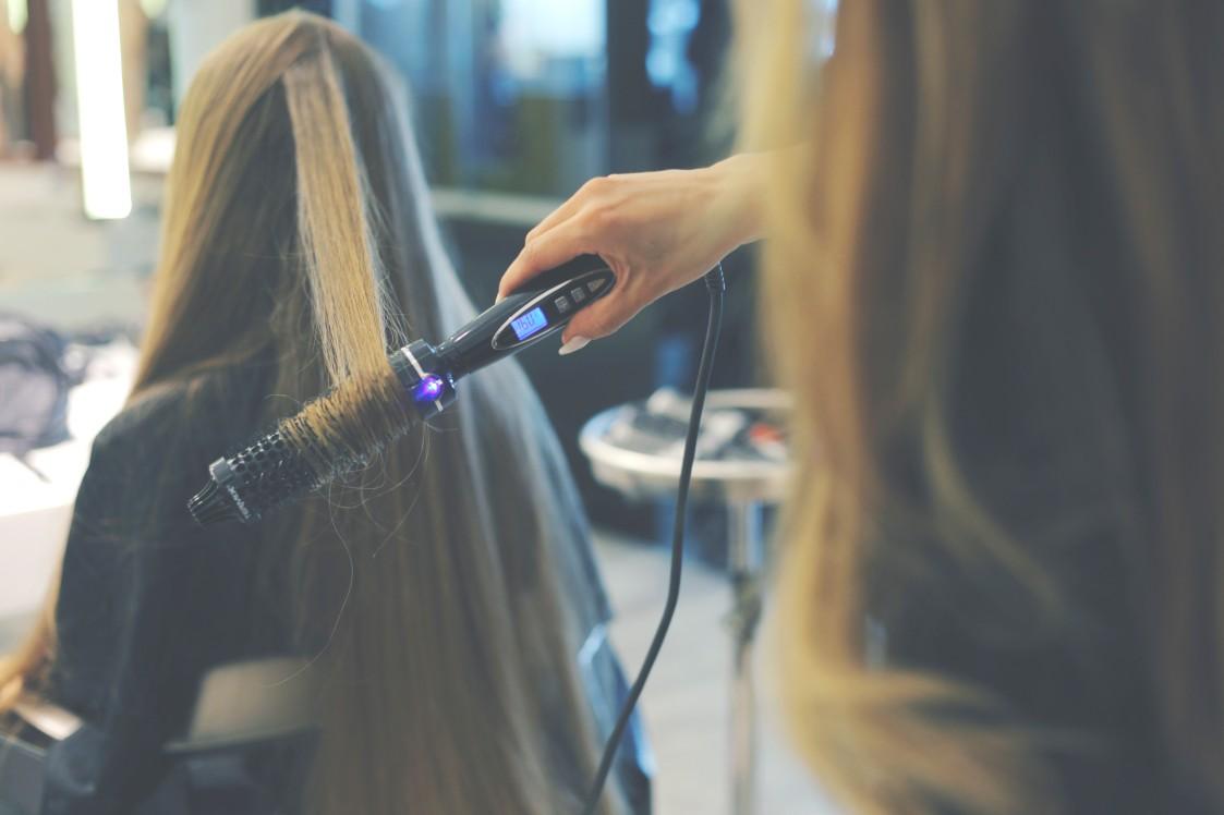 Lorena Morlote con cepillo eléctrico Termix