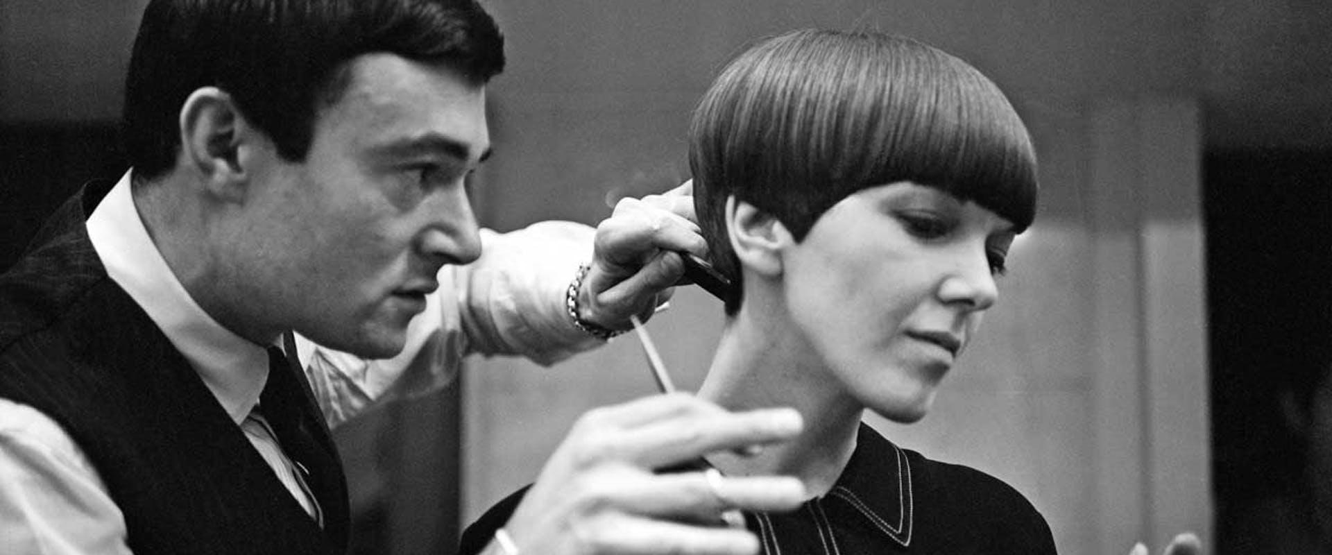 Vidal Sasson cortando el pelo