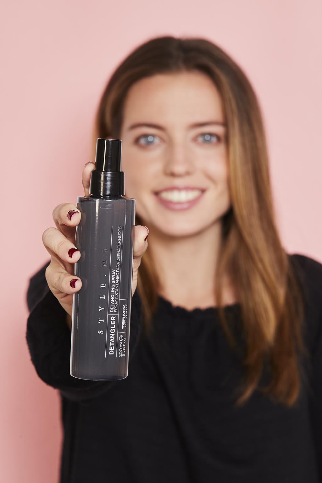 El spray detangler evita los nudos de tu cabello