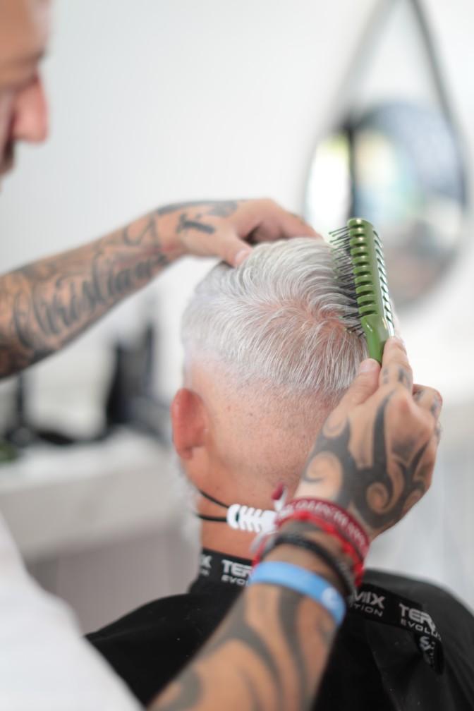 el cepillo esqueleto barber desenreda y estimula el cuero cabelludo
