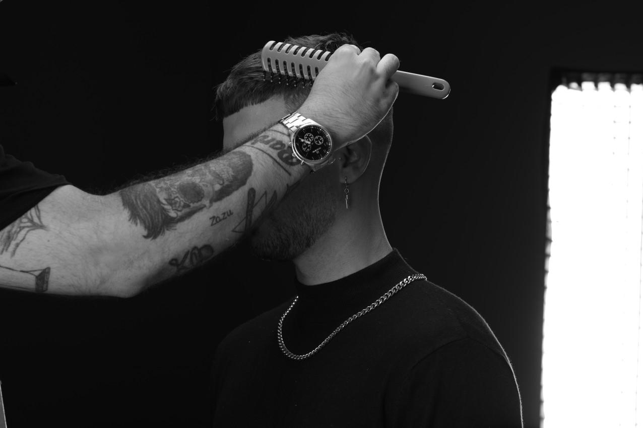 uso del cepillo redondo barber para el cuidado masculino