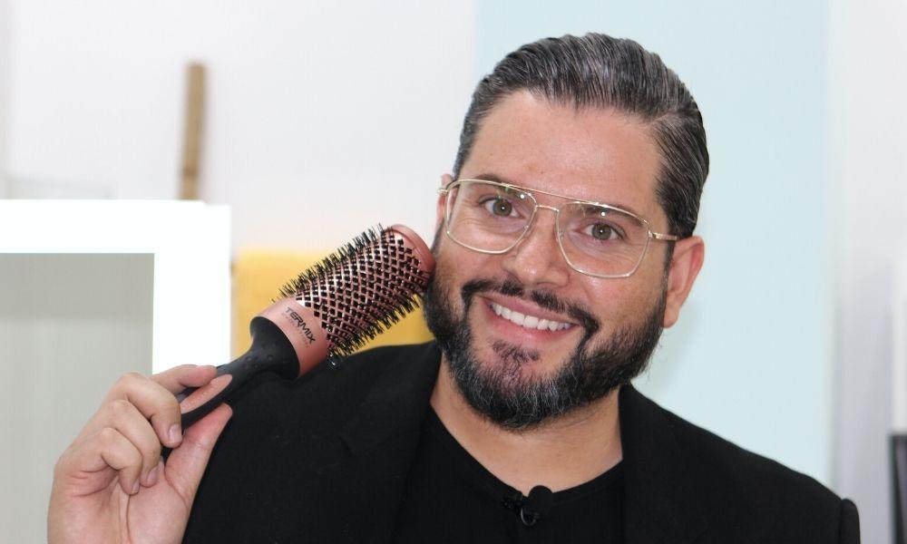 Alberto Dugarte peluquero profesional peina con cepillos térmicos Termix Gold Rose
