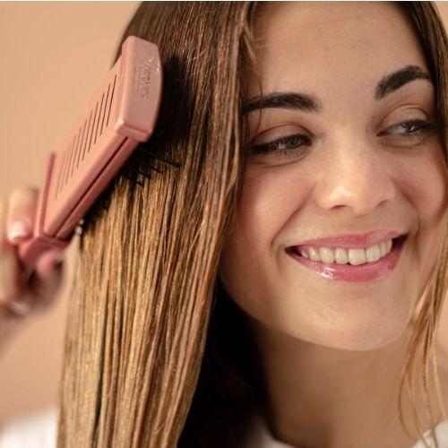 Desenreda y moldea el cabello con el cepillo plano térmico profesional Termix Gold Rose