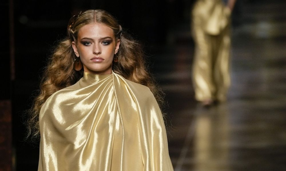 Fendi Primavera 2022 peinado tendencias peluquería pasarelas moda raya medio Portada